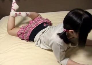 GWに遊びに来た従姉妹のJSを騙して撮影!幼すぎるパンチラ胸チラを収めた怪しすぎる個人撮影!