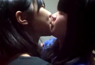 えっ・・!?これヤバ・・!!中●生が自宅でレズキス!からの疑似セックスを自撮りした本物素人流出動画・・!!