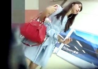 【個人撮影】怪しまれてないか・・!?生意気そうな女子大生をストーキングしてパンチラ盗撮!