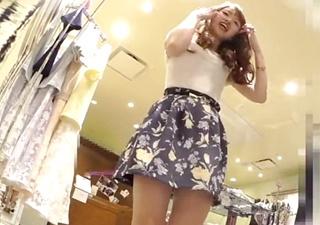 【個人撮影】これがリアルS級娘の威力・・ぐうかわ店員の極上花柄パンチラ盗撮映像をご覧ください