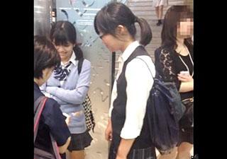 【個人撮影】真面目系女子高生7名のパンチラ盗撮!スカートめくりまでヤッちゃう有名撮り師のヤバいやつ!