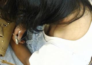 【高画質】年齢大丈夫か・・!?中●生みたいな少女の無防備な胸元をじっくり観察!個人撮影◆