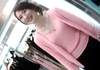 【個人撮影】当時は5万円越えのプレミア価格で取引されていた伝説のアパレル店員の胸チラ盗撮動画!