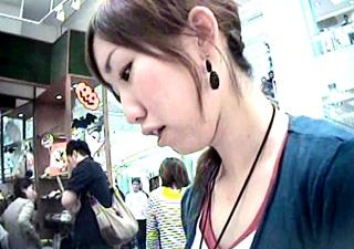 カップから浮いた貧乳が丸見え・・アパレル店員を顔出しで胸チラ盗撮!◆個人撮影◆