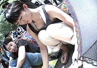 【人妻/若妻2名】フリマで販売する細身貧乳の人妻の無防備すぎる胸チラを激写wwww