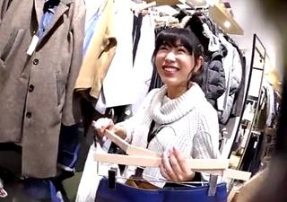 ここまでやるのか・・笑顔が可愛い新人店員をデニムパンツからスカートに着替えさせてパンチラ盗撮・・!
