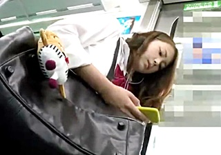 小生意気な雰囲気のJKちゃんの縞パンを電車内で逆さ撮り!