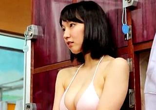 吉岡里帆(25)のたわわなDカップボディにキャミソール1枚シーンの谷間がきわどすぎるwwwww