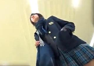 1名のJKちゃんに粘着!食い込み白Pを電車内で長時間逆さ撮りした動画が見つかってしまう!