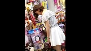 某店内で見つけた高身長な女子大生のしゃがみの瞬間を逃さず激写!