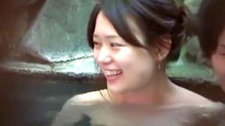 【露天風呂盗撮】彼氏と入浴中の女子大生を盗撮