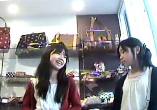 【盗撮動画】これはアカン・・お母さんとお買い物に来た細もも小×生のお○様パンツを逆さ撮り!