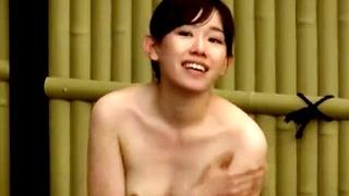 飯豊まりえ似の露天風呂盗撮動画