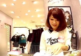 店員撮り48! 子供服売り場なのに生脚ミニスカの店員さん 大股開きでエロいパンティ丸見え!