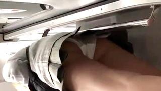 金髪JKのパンチラを電車内で盗撮