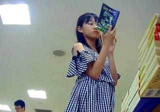 コロコロ 【激カワ】私服ロリパンチラ逆さ撮り03
