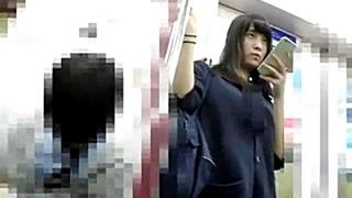 スマホに夢中になっているJKちゃんを電車内で盗撮