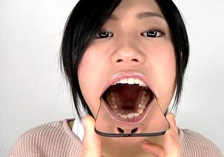 こじるり似の素人娘の口内をチェックする口腔フェチ動画