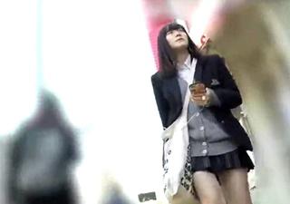 黒髪清楚な制服JKちゃんの純白パンチラ逆さ撮り