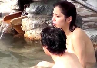 露天風呂盗撮 キリッとした美人な娘と入浴中を盗撮