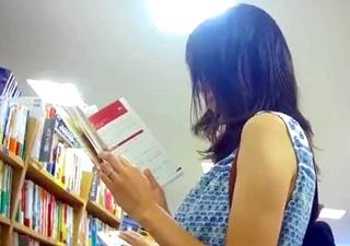 書店で人妻さんのピンクパンチラを盗撮