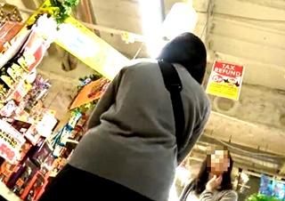 ドン・キホーテでJKのパンチラ盗撮