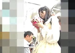ロリータファッションの娘のパンチラを盗撮