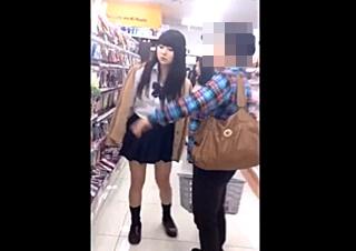 John Doe 【乙女の時間Part2】化粧品選びに夢中なデュエリストガール-お母さんそっくり、すみれちゃん(仮)-