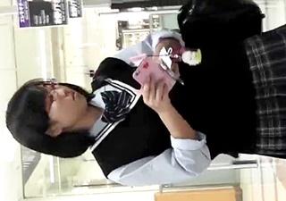 眼鏡をかけた芋系JKのパンチラ盗撮