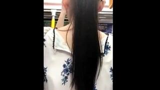 黒髪清楚なお姉さんのパンチラを電車で盗撮