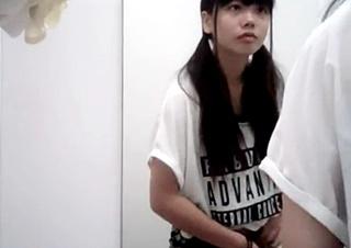 試着室で素人娘の着替えを盗撮