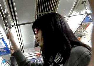 真面目そうな眼鏡JKちゃんのパンチラめくり撮り