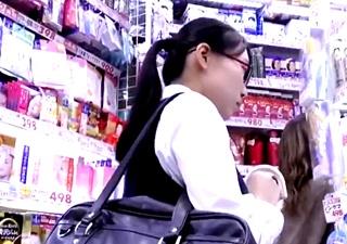優等生タイプの眼鏡JKの高画質パンチラ