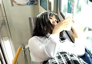 美少女JKの花柄パンチラを高画質で盗撮