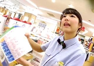 ベビー服売り場で働くS級美女店員のパンチラ盗撮動画