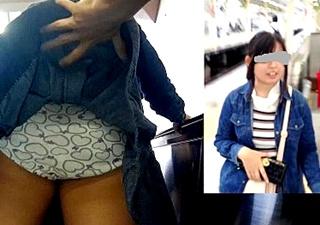 美少女女子大生のスカートめくりパンチラ