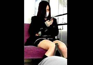 電車で対面に座ったJKちゃんをスマホで盗撮