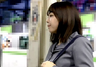 S級美少女JKが満員電車で痴漢被害に遭ってしまう