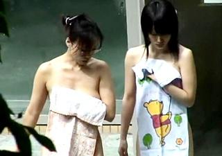 女子中学生の全裸が映った露天風呂盗撮動画