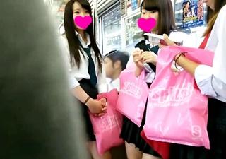 【JKパンチラ】登場する制服JKはなんと10名!見た目もタイプも違う制服少女達の下着をめくり撮りで次々チェックww