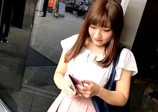 【JDパンチラ】程よいムチムチ感がたまらないキュートな女子大生の前屈みの瞬間を逃さずゲットww