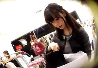 黒髪美人なアパレル店員を顔出しでパンチラ盗撮