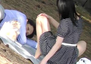 公園で無防備にくつろぐ熟女を隠し撮り