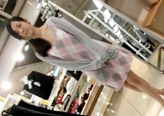 美脚美人なショップ店員のブラまで見えるパンチラ映像