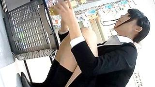 コスメ店員のパンチラ盗撮