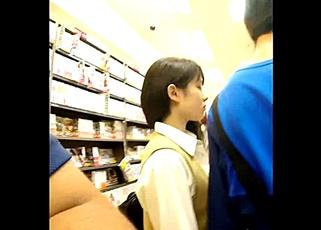 能年玲奈似の透明感美少女JKのスカートめくりパンチラ