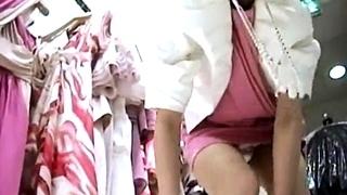 大人のフェロモンムンムンなショップ店員の陰毛ハミ出るパンチラ