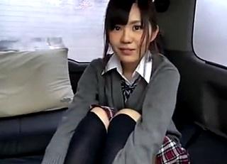 制服姿の美少女JKと車内で円光