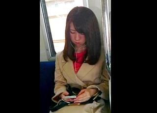 【限定10セット!】超S級お姉さんをスカートめくりで薄ピンクパンティ丸見え!!