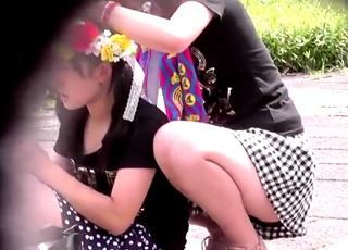 【JCパンチラ】イベント会場で見つけた双子コーデの中×生のキュロットの隙間から水玉パンツがちらちらww